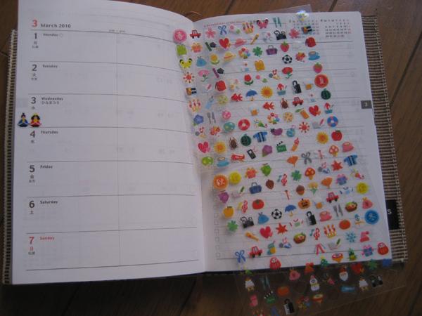 Estas son las pegatinas. Podéis ver que ya he pegado  las del 5 de marzo, un festival en Japón llamado hinamatsuri